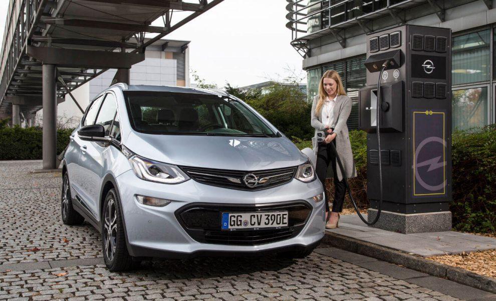 Der Ampera-e von Opel an der Ladesäule. Foto: Daimler