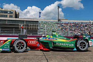 Formel E-Pilot Lucas di Grassi in seinem Rennwagen. Foto Abt Sportsline