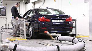 Der ADAC misst die Abgaswerte bei einem BMW. Foto: ADAC