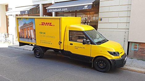 Ein elektrisch angetriebener Streetscooter der DHL bei der Zustellung in Berlin. Foto: Mertens