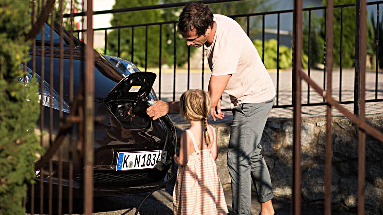 Die dreijährige Tochter schaut zu, wie der Nissan Leaf aufgeladen wird. Foto: Lina Grün