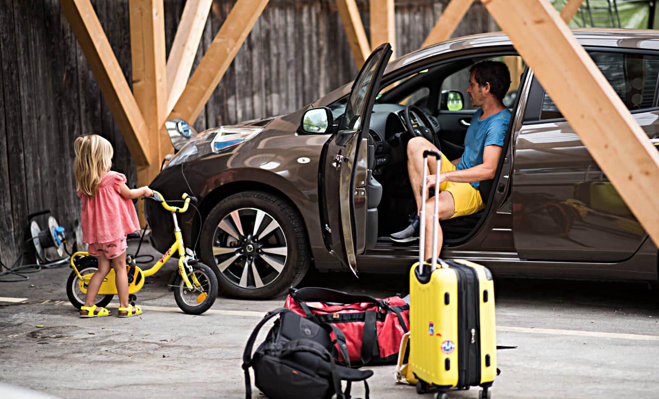 Unsere Tochter bei der Aufladung des Nissan Leaf. Foto: Lisa Grün