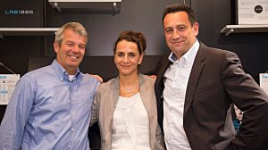 Klaus Dibbern von Flinc mit mit Susanne Hahn und Jörg Lamparter (v.l.). Foto: Daimler