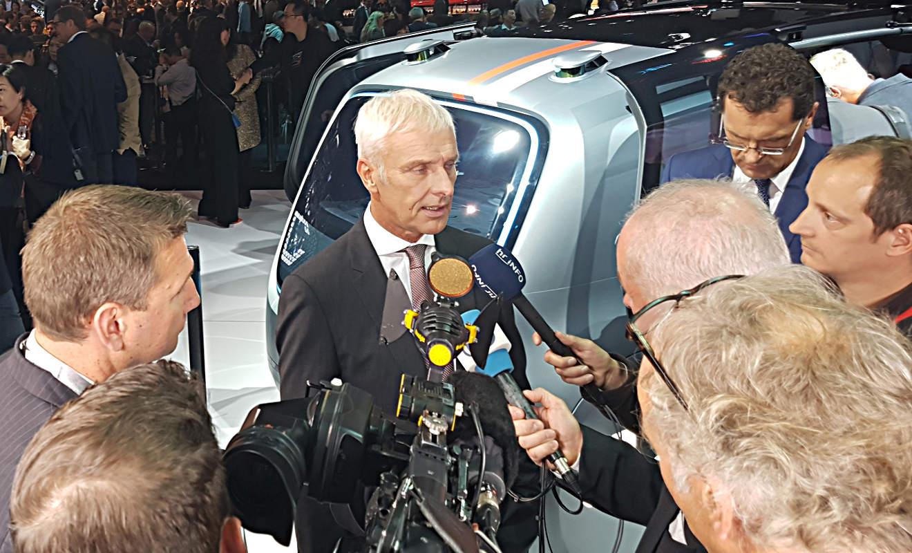 Journalisten interviewen VW-Chef Matthias Müller. Foto: Mertens