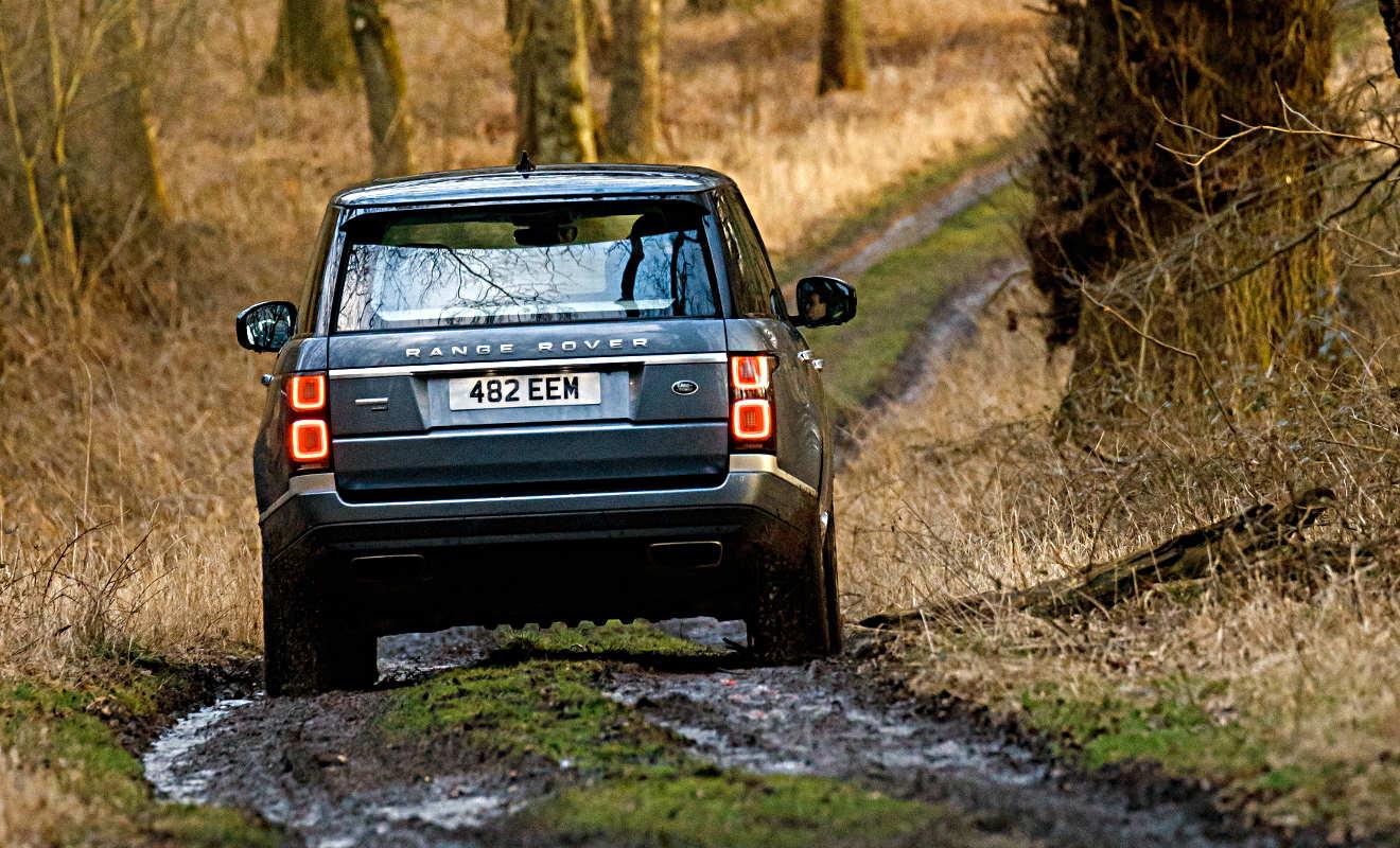 Der Range Rover P400e im Gelände. Foto: Land Rover